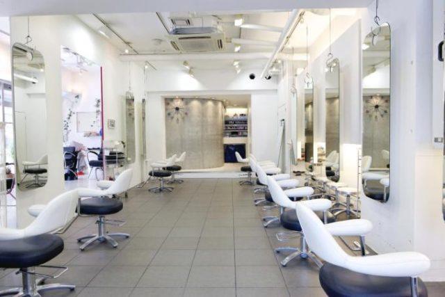 美容室で髪を切る