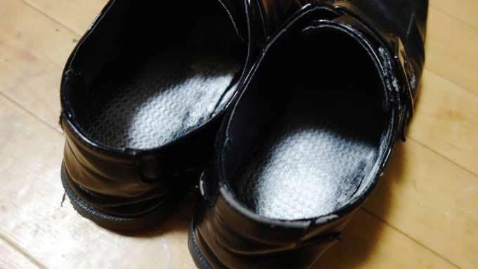 グランズレメディを靴全体に行き渡らせる