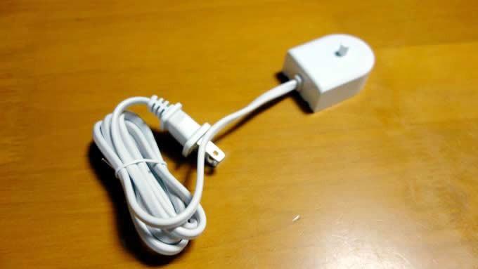 旅行用のコンパクトな充電器も付属しています。