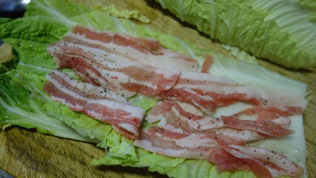 白菜の上に豚バラを敷き、塩コショウを振る