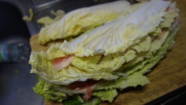 白菜の上に豚バラを敷き、塩コショウを振る2