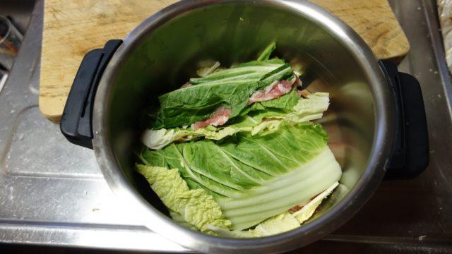 白菜と豚バラをホットクックの鍋に入れる