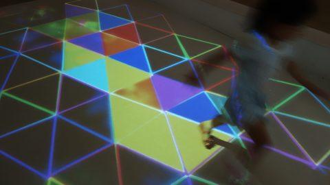 光と幾何学の世界を走る子どもたち