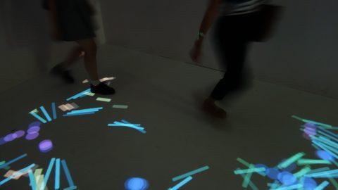子どもが走ると光の積み木が逃げていく